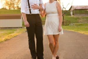 Hombre y mujer tomados de la mano