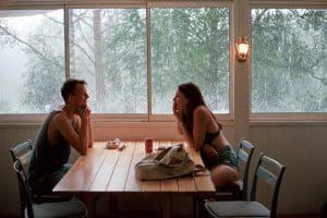 Gestos, miradas, sonrisas y amena conversación entre dos personas