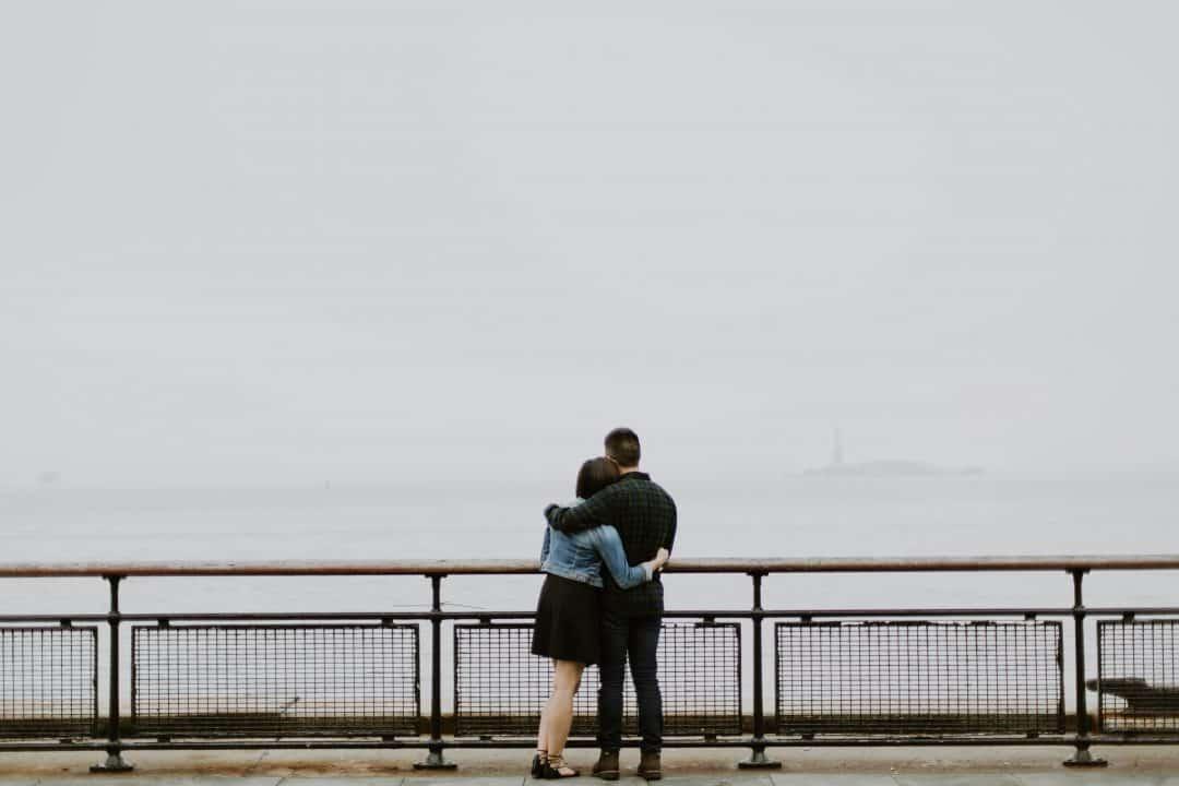 Hombre y mujer abrazados