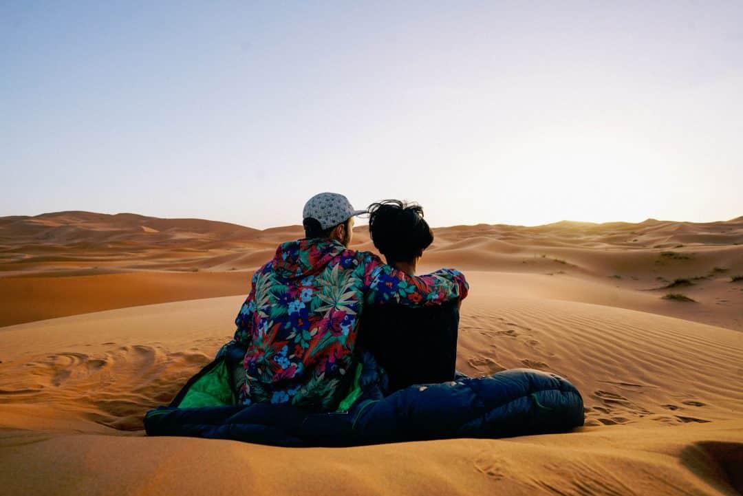 Pareja abrazados en el desierto