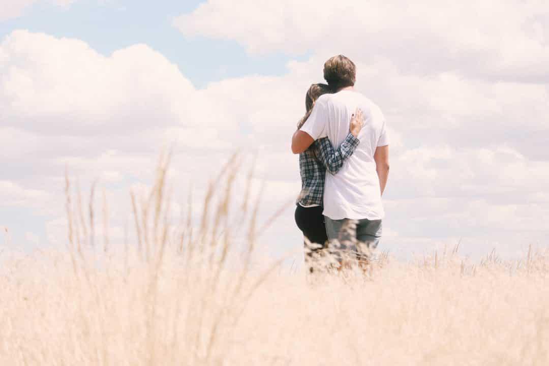 Pareja abrazada en el campo