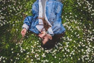 Mujer acostada sobre flores