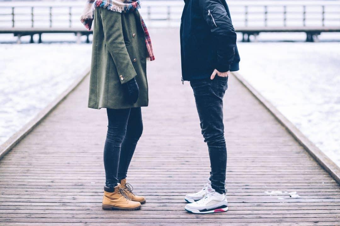 Hombre y mujer frente a frente
