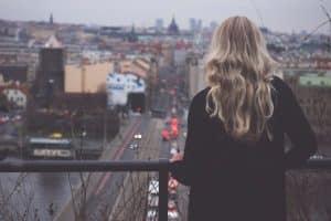 Mujer solitaria observando la ciudad