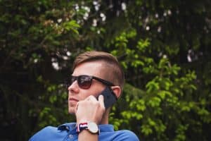 Hombre haciendo una llamada