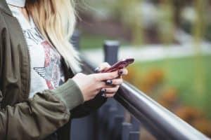 Mujer escribiendo en su celular