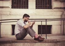 Hombre chateando en su celular