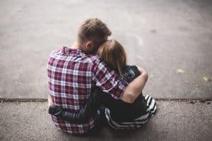 Hombre y mujer abrazándose