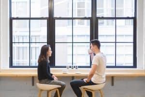 Evita los silencios incómodos para conquistar en la primera cita