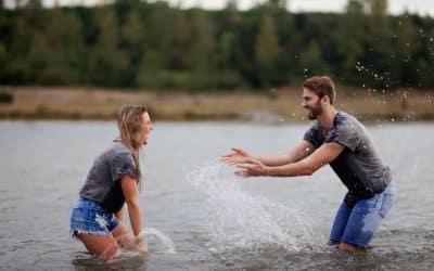 Cómo saber si le interesas a un chico: 14 señales que te lo dirán