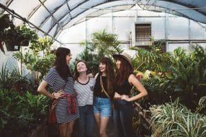 Encuentra apoyo en tus amigos para superar un desamor