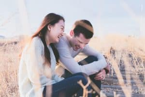 Cómo enamorar a un hombre haciéndolo sonreír
